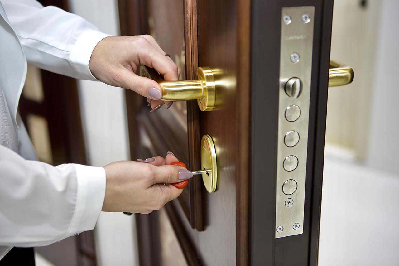 фото правильно открыть входную дверь какой-то особый профиль